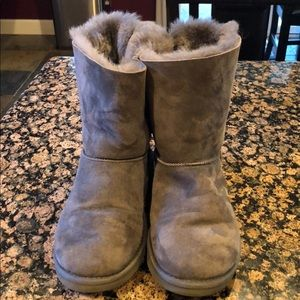 UGG - Bailey Bow. - gray.  Cozy and cute !!!